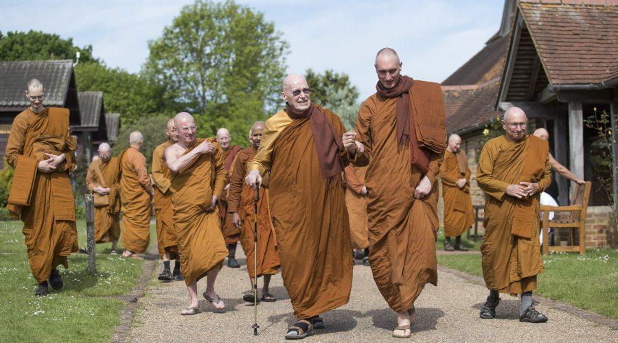 Mönche beim Verlassen des Tempels
