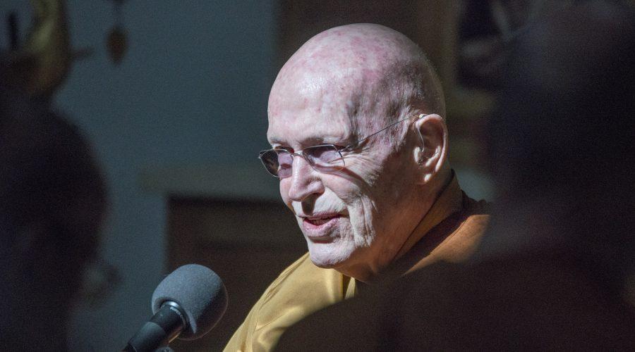 Luang Por Sumedho beim Dhamma Vortrag