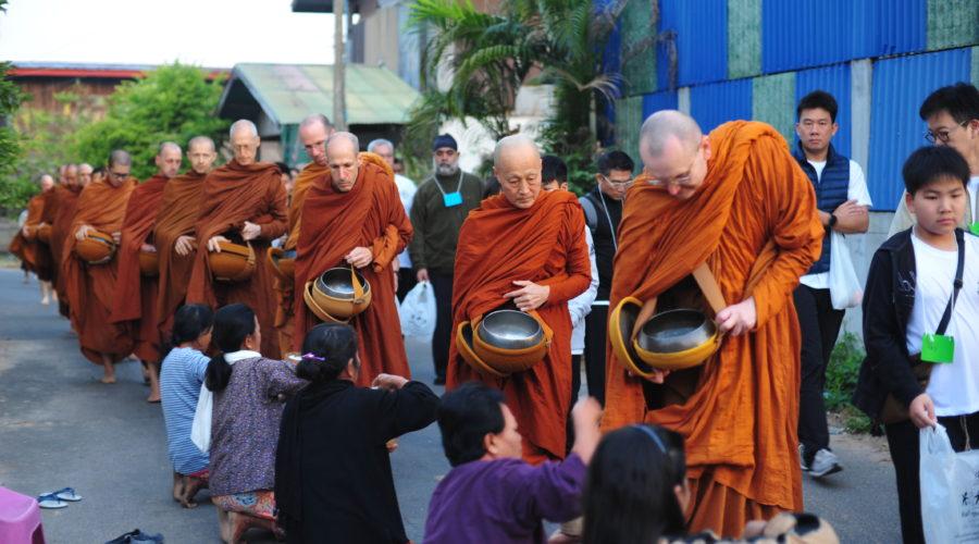 Almosenrunde der Bhikkhus