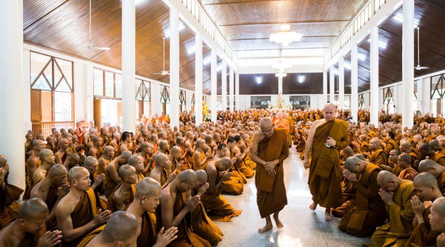 Luang Por Liam inmitten seiner Mönche
